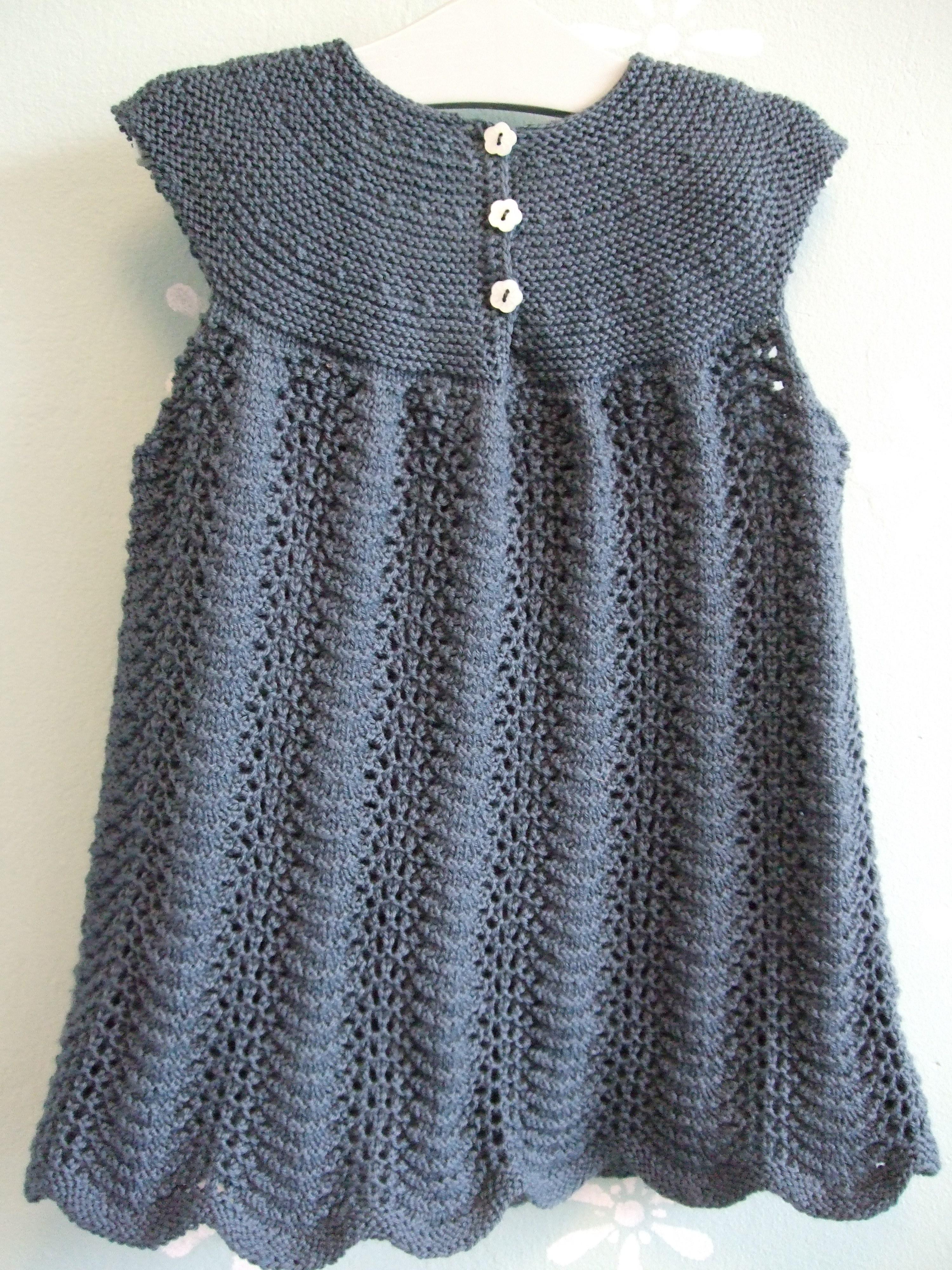 56bdae205c69 Her er den så Garn-itures nye strikket kjole i str. 2 og 4 år. Kjolen er  her vist fra ryggen så man kan se de søde knapper i slidsen.